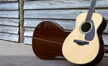 ヤマハのアコースティックギターの代名詞、Lシリーズ。購入を検討している人はこれを機に一台ずつ試してみよう。ブースにはFISHMANのコーナーも設けられている。