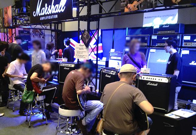 皆さん、ガンガン試奏中! MarshallコーナーにはSGをはじめとして試奏用のギターももちろん常備(TOKYO GUITAR SHOW® 2013の様子)