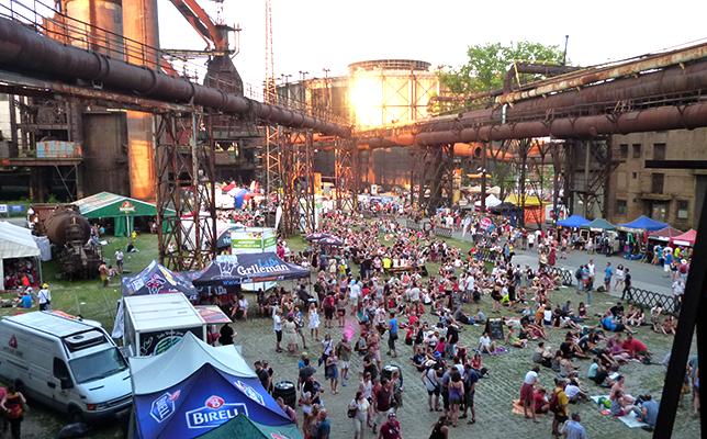 """2014年は7月16〜19日に開催された""""Colours of Ostrava""""。炭鉱跡地という独特のロケーションが気分を盛り上げる。"""