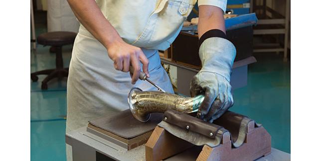 熟練の技術はもちろん、芸術的センスも要求されるベルの彫刻の工程。