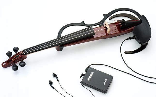 演奏時に周囲に聞こえる音量を抑えながら、イヤフォンから自然なバイオリンの音色を楽しめる。コントロールボックス(写真手前)のスイッチ操作で、はっきりとした音色で短めのリバーブの「ROOM」、柔らかい音色で長めのリバーブの「HALL」の2種類のサウンドタイプを選べる。