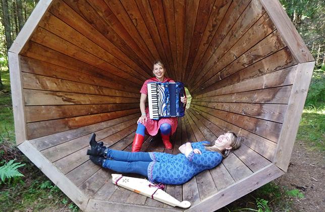 南エストニアの森の中に作られた木製巨大スピーカーの中で演奏する トゥーリキ・バートシク(奥)とマリ・カルクン
