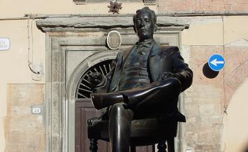 ルッカの生家前にあるプッチーニの像