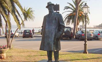 トッレ・デル・ラーゴにある等身大のプッチーニ像