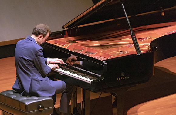 ロシアの同時代の作曲家、チャイコフスキーとムソルグスキーの音楽世界を色彩鮮やかに描き出す~イリヤ・イーティン ピアノリサイタル~
